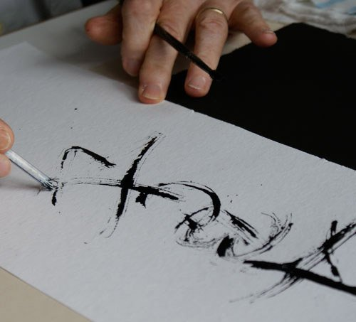 Kalligraphie in meisterlicher Form: schnell und sicher führt Gottfried Pott den Pinselstrich aus, jede Bewegung sitzt.