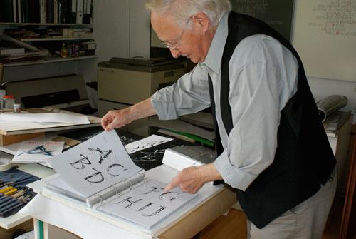 Gottfried Pott zeigt die finalen Buchstabenentwürfe der Potpourri.