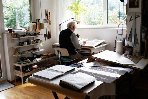 Ein Blick auf Gottfried Pott in seinem Schriftatelier …