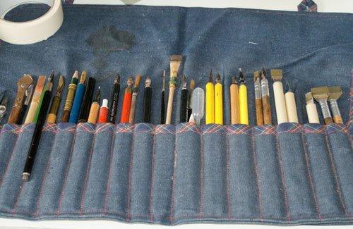 … und auf eine Auswahl seiner vielen Werkzeuge.